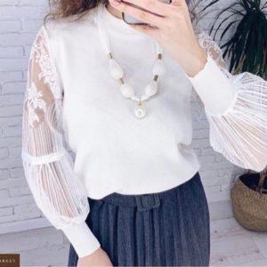 Купити білого кольору трикотажну кофту з ажурним мереживом на рукавах для жінок в інтернеті