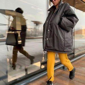 Купити жіночу чорну об'ємну куртку з великими рукавами недорого