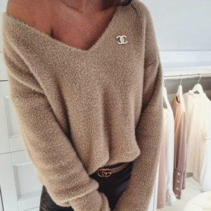 Заказать бежевый женский плюшевый свитер оверсайз со значком Chanel недорого