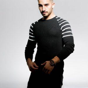 Замовити чоловічий светр зі смугами на плечах (розмір 48-54) чорного кольору зі знижкою