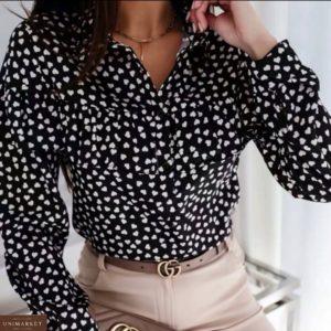 Купить онлайн женскую черную принтованную блузку с рюшей в белые сердечки