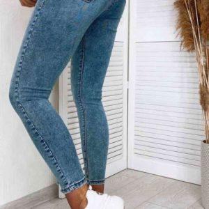 Купить выгодно женские укороченные джинсы с потертостями и царапками голубого цвета
