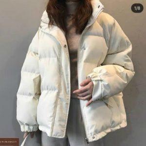 Заказать женскую короткую объемную куртку из плащевки белого цвета онлайн