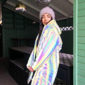 Заказать онлайн женскую зимнюю куртку из светоотражающей плащевки светлую