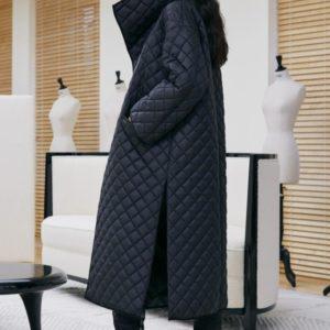 Купить черного цвета женскую стеганую куртку-одеяло оверсайз с поясом дешево