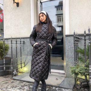 Приобрести черного цвета женское стёганное тёплое пальто на утеплителе с поясом по скидке