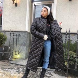 Купить онлайн черное стёганное тёплое пальто на утеплителе с поясом для женщин