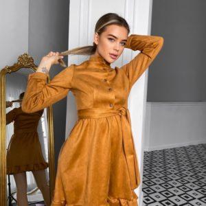 Купить женское замшевое платье цвета карамель с рюшами и поясом (размер 42-48) недорого