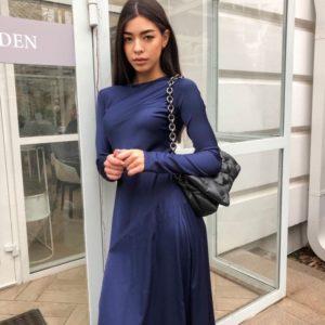 Купить онлайн женское платье из шёлка длины миди с разрезом синего цвета