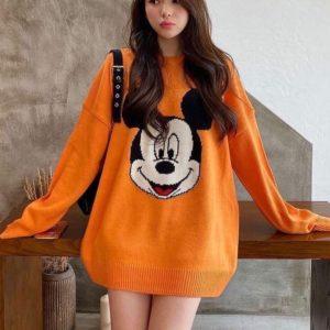 Приобрести оранжевого цвета женский удлиненный свитер оверсайз с Микки Маусом (размер 42-48) по низким ценам на осень