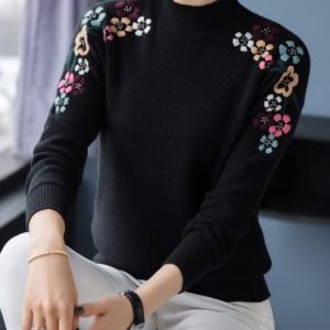 Заказать женский черный свитер машинной вязки с вышитыми цветами на осень дешево