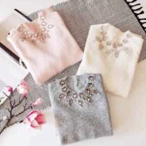 Купити на зиму светр з ангори жіночий з декором з каменів сірий, білий, пудра вигідно