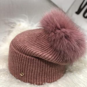 Заказать женскую шерстяную шапку цвета пудра с пушистым помпоном онлайн