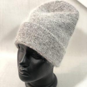 Приобрести серого цвета женскую удлиненную шапку из ангоры травка с отворотом дешево