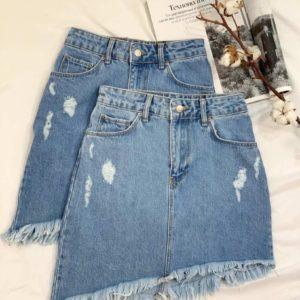Купить женскую асимметричную юбку из джинса голубого цвета с необработанным краем по скидке