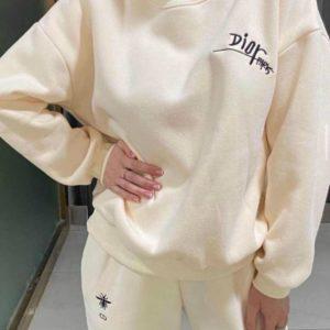 Заказать бежевый женский костюм тройка Dior: штаны, батник и жилетка недорого