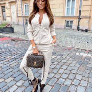 Замовити бежевого кольору жіночий В'язаний костюм з кофтою з змійками на осінь онлайн