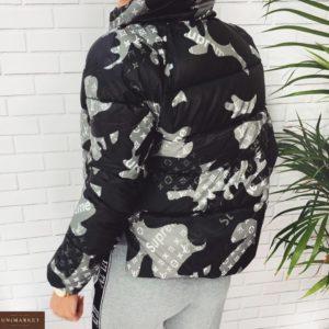 Купить онлайн черную камуфляжную короткую куртку по скидке с холлофайбером для женщин