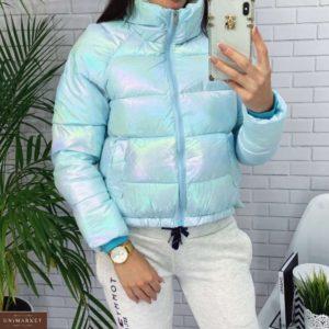 Купить женскую короткую голубую куртку с переливами по скидке