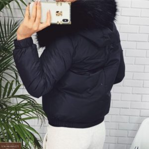 Купить выгодно черного цвета короткую куртку с мехом на капюшоне для женщин на зиму