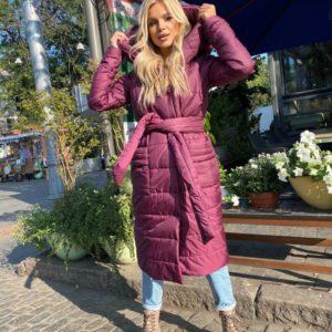 Купить сиреневого цвета куртку на кнопках женскую с поясом и капюшоном (размер 42-56) дешево