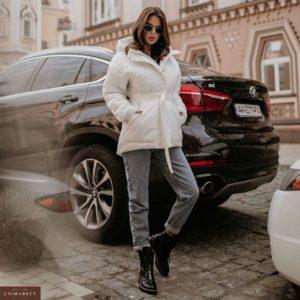 Придбати білу жіночу зимову куртку з поясом і капюшоном в інтернеті