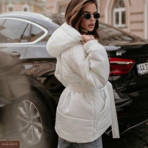 Купити зимову куртку білого кольору з поясом для жінок і капюшоном вигідно