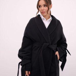 Заказать женское утеплённое пальто черное халат с поясом и с рукавами на завязках недорого