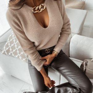 Замовити бежевий м'який жіночий светр з декоративним ланцюгом недорого