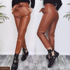 Приобрести по скидке женские укороченные брюки из эко кожи с поясом (размер 46-48) цвета карамель