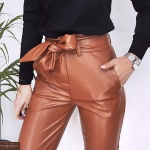 Заказать женские укороченные брюки из эко кожи с поясом (размер 46-48) цвета карамель в интернете