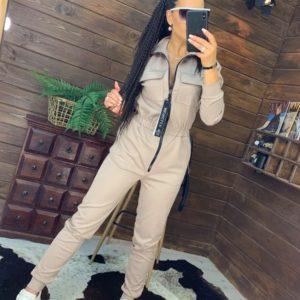 Купить онлайн спортивный комбинезон для женщин с карманами бежевый