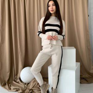 Заказать бежевый женский костюм машинной вязки с горизонтальными полосами онлайн