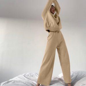 Купить бежевого цвета костюм oversize прямого кроя для женщин с гольфом недорого