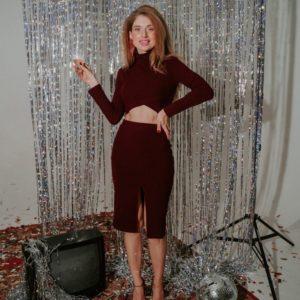 Приобрести по скидке бордовый трикотажный костюм: юбка с разрезом + короткий гольф (размер 42-48) для женщин