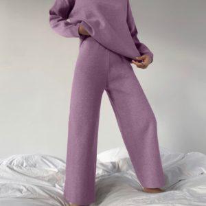 Приобрести лиловый женский костюм oversize прямого кроя с гольфом дешево