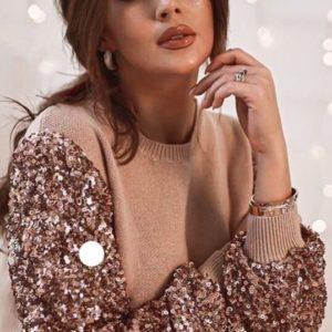 Купить дешево женский свитер с пайетками на рукавах бежевого цвета