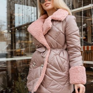 Заказать бежевую стёганую куртку из плащевки с отделкой из эко меха для женщин онлайн