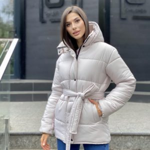 Купить молочную женскую утепленную зимнюю куртку с поясом хорошего качества