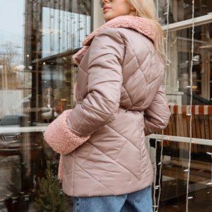 Купить беж стёганую куртку из плащевки женскую с отделкой из эко меха выгодно