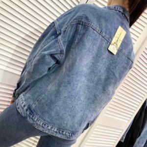 Приобрести по скидке голубого цвета джинсовую куртку оверсайз на пуговицах для женщин
