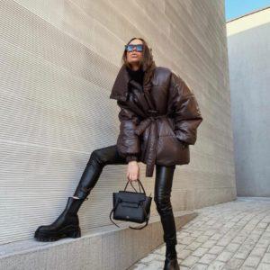 Приобрести онлайн коричневого цвета объемную куртку на поясе с высоким воротником для женщин