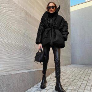 Купить черную женскую объемную куртку на поясе с высоким воротником выгодно