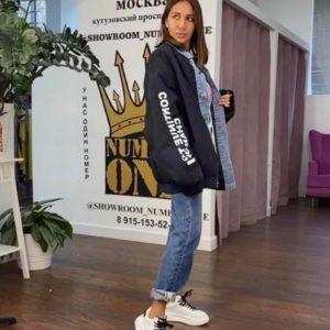 Приобрести в интернете женскую удлиненную плащевку с джинсовыми вставками черного цвета