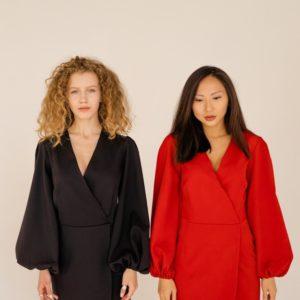 Купить черное, красное платье для женщин с объемными длинными рукавами на запах онлайн