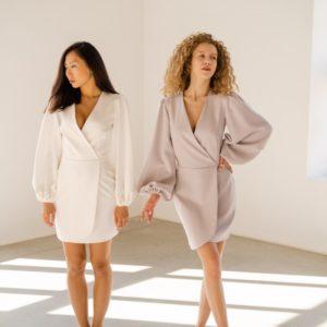 Заказать беж, белое платье с объемными длинными рукавами для женщин на запах по скидке