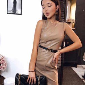 Купить темно-бежевое женское платье из эко кожи длины мини по скидке