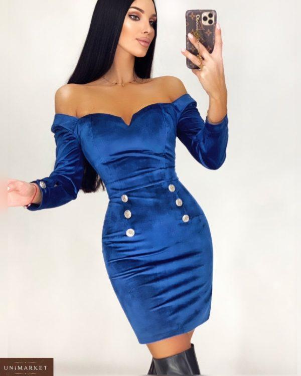 Заказать в интернете синего цвета женское приталенное платье из бархата с открытыми плечами