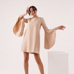 Заказать бежевое платье женское свободного кроя онлайн с широкими рукавами-колокольчиками (размер 42-48)