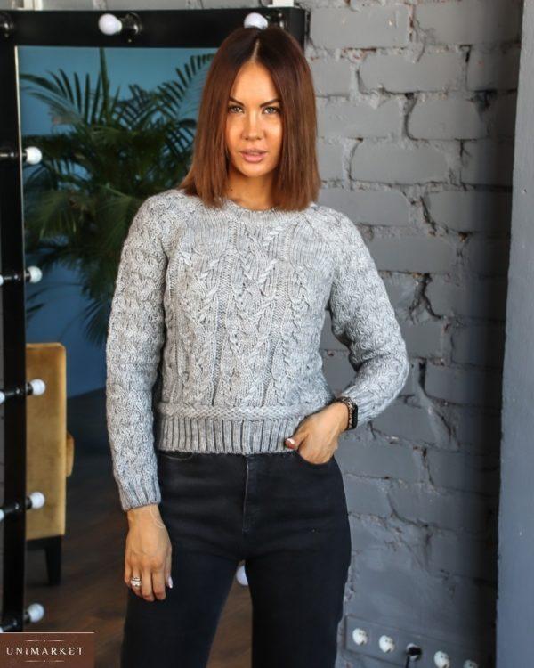 Купить онлайн женский короткий вязаный свитер с люрексовой нитью (размер 42-48) серого цвета